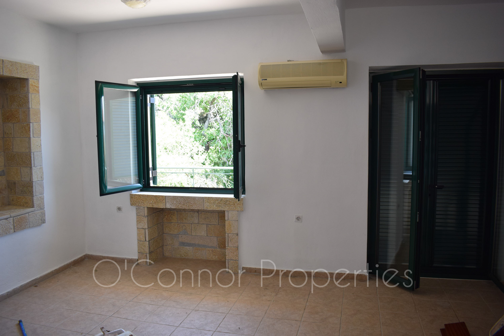 On offer, 3-bed detached house located in picturesque seaside town. -856-8